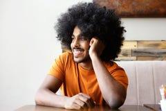 Młody człowiek słucha telefon komórkowy Fotografia Royalty Free