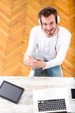 Młody człowiek słuchająca muzyka na jego laptopie obraz stock
