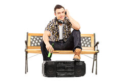 Młody człowiek słuchająca muzyka z hełmofonami i pić piwem Zdjęcie Royalty Free