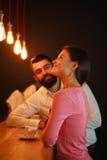 Młody człowiek spotykający za barem z dziewczyną w klubie nocnym fotografia royalty free