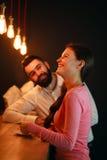 Młody człowiek spotykający za barem z dziewczyną w klubie nocnym fotografia stock