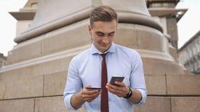 Młody człowiek sprawdza liczbę na kredytowej karcie zbiory