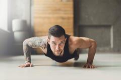 Młody człowiek sprawności fizycznej trening, pcha podnosi fotografia royalty free