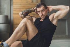 Młody człowiek sprawności fizycznej trening, przecinający chrupnięcia dla abs obraz royalty free