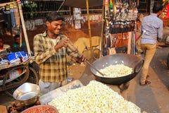 Młody człowiek strzela popkorn przy Kinari bazarem w Agra, Uttar Prades Zdjęcia Royalty Free