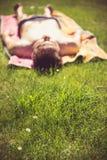 Młody człowiek sunbathing obrazy royalty free