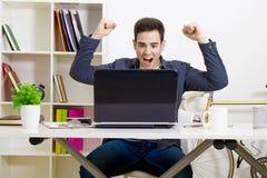 Młody człowiek szokujący wydarzeniem na komputerze Obraz Stock