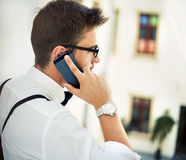 Młody człowiek talling na telefonie komórkowym Zdjęcie Stock