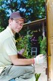 Młody człowiek target563_1_ drewnianego ogrodzenie w ogródzie Zdjęcia Royalty Free