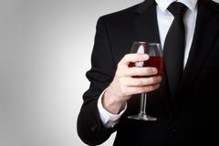 Młody człowiek target645_1_ szkło czerwone wino Zdjęcie Royalty Free