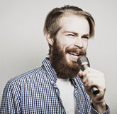 Młody człowiek trzyma śpiew i mikrofon Fotografia Stock