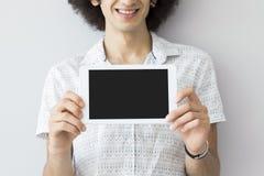 Młody człowiek trzyma cyfrową pastylkę Fotografia Stock