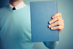 Młody człowiek trzyma dużą książkę Fotografia Stock