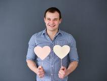 Młody człowiek trzyma dwa serca obszyty dzień serc ilustraci s dwa valentine wektor Zdjęcie Royalty Free