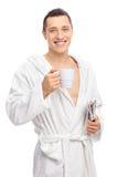 Młody człowiek trzyma filiżankę kawy Fotografia Stock