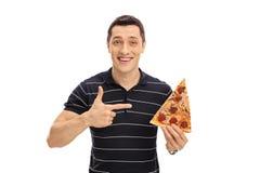 Młody człowiek trzyma pizza plasterek zdjęcia royalty free