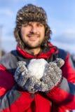 Młody człowiek trzyma snowball Obrazy Stock