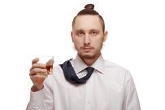 Młody człowiek trzyma szklanym z alkoholem zdjęcia stock