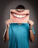 Młody człowiek trzyma uśmiech Fotografia Royalty Free