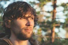 Młody Człowiek twarzy portret z kędzierzawym włosy Plenerowym zdjęcia royalty free