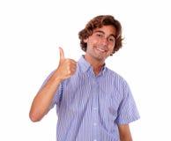 Młody człowiek uśmiecha się ludzi i pokazuje ok podpisuje Fotografia Stock