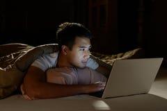 Młody człowiek używać laptop obrazy stock