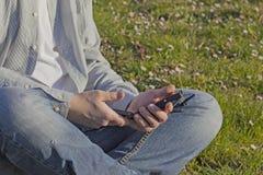 Młody człowiek używa jego mądrze telefon fotografia royalty free