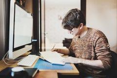 Młody człowiek używa komputer w domu zdjęcie royalty free