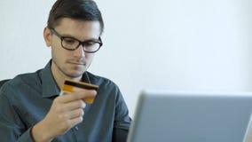 Młody człowiek używa kredytową kartę online zdjęcie wideo