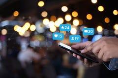Młody człowiek używa mądrze telefonu Ogólnospołecznych środki Mark i ogólnospołeczną sieć obrazy royalty free