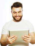 Młody człowiek używa pastylka komputer obraz royalty free