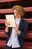 Młody człowiek używa pastylka komputer na ulicie Internet fotografia royalty free