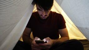 Młody Człowiek Używa Smartphone Póżno przy nocą zdjęcie wideo