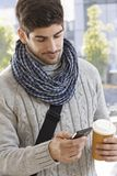 Młody człowiek używa wiszącą ozdobę outdoors Obraz Stock