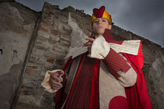 Młody człowiek ubierający jako królewiątko Zdjęcie Royalty Free