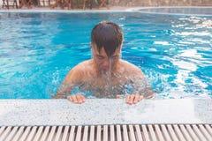 Młody człowiek uczy się dlaczego pływać zdjęcia stock