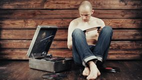 Młody człowiek udaje słuchać stary gramofon w domu zbiory