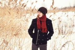 Młody człowiek w śnieżnym polu Zdjęcia Royalty Free