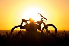 Młody człowiek w śródpolnym mieniu bicykl Obrazy Stock