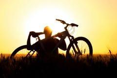 Młody człowiek w śródpolnym mieniu bicykl Zdjęcie Stock