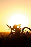 Młody człowiek w śródpolnym mieniu bicykl Obrazy Royalty Free
