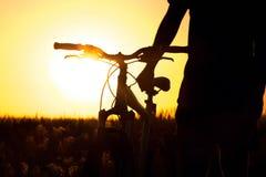 Młody człowiek w śródpolnym mieniu bicykl Fotografia Royalty Free