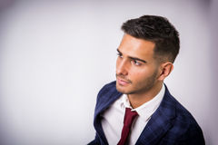 Młody człowiek w błękitnej kurtce, biznesowych cajgach odizolowywających i Zdjęcia Royalty Free