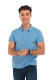 Młody człowiek w błękitnych koszulowych macanie rękach zdjęcie stock