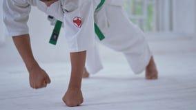 Młody człowiek w białym kimonie robi ćwiczeniom zdjęcie wideo