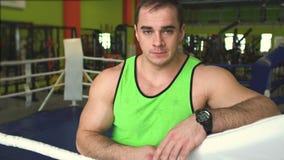 Młody człowiek w bokserskim pierścionku Sportowiec patrzeje kamerę zdjęcie wideo