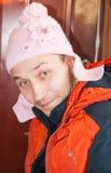 Młody człowiek w childs kapeluszowi Zdjęcia Stock