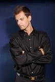 Młody człowiek w czarnej koszula zdjęcie stock