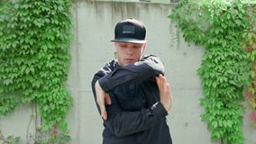 Młody Człowiek w Czarnym Breakdancing zdjęcie stock