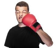 Młody człowiek w czerwonych bokserskich rękawiczkach Zdjęcia Royalty Free